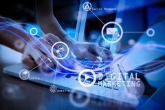 Vagues de lumière et d'homme d'affaires bleus employant sur le smartphone comme conce Photos stock