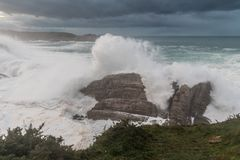 Vagues de 10 mètres sur la côte Galicien-asturienne ! Photos stock
