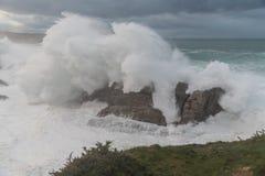 Vagues de 10 mètres sur la côte Galicien-asturienne ! Image libre de droits