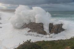 Vagues de 10 mètres sur la côte Galicien-asturienne ! Images libres de droits