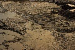 Vagues de marée de retraitement de piscine circulant sur la roche volcanique image libre de droits