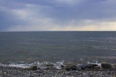 Vagues de mer et ciel obscurci photo stock