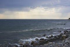 Vagues de mer et ciel obscurci photos libres de droits