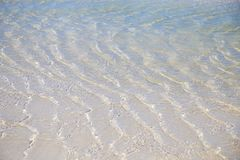 Vagues de mer et eau claire sur le sable blanc images libres de droits