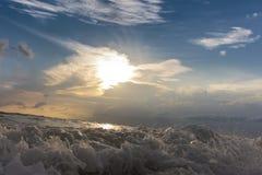 Vagues de mer et ensembles de ciel Image stock