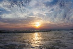 Vagues de mer et ensembles de ciel Photo libre de droits