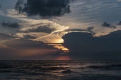 Vagues de mer et ensembles de ciel Photographie stock libre de droits