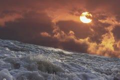 Vagues de mer et ensembles de ciel Photo stock