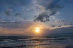 Vagues de mer et ensembles de ciel Photos stock