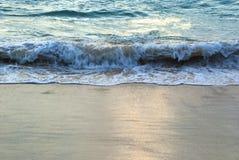 Vagues de mer et plage sablonneuse Photo stock