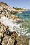 Vagues de mer se brisant contre le bord de la mer rocheux photos libres de droits