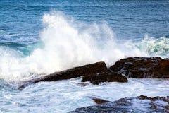 Vagues de mer se brisant contre les roches Photographie stock libre de droits