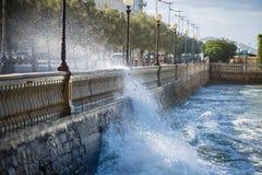 Vagues de mer se cassant contre le parapet d'une route en Windy Day : Temps orageux image libre de droits