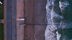Vagues de mer se cassant sur le brise-lames en bois au coucher du soleil clips vidéos