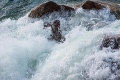 Vagues de montée subite de tempête se brisant contre le rivage image libre de droits
