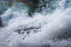 Vagues de montée subite de tempête se brisant contre le rivage photographie stock libre de droits