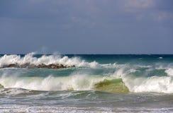 Vagues de mousse par temps orageux sur la mer Méditerranée images libres de droits