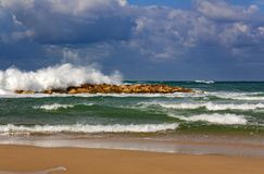 Vagues de mousse par temps orageux sur la mer Méditerranée image stock