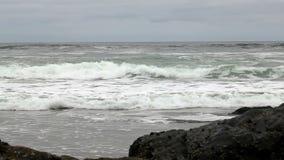 Vagues de mouvement lent approchant la plage avec Lava Rocks banque de vidéos