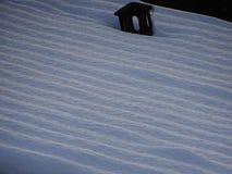 Vagues de neige sur un toit photographie stock libre de droits