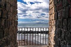 Vagues de plage de nuages de temp?te de mer ? la baie de Sorrente de m?ta en Italie, fin de saison, temps froid image libre de droits