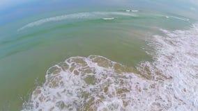 Vagues de roulement de marée d'océan aériennes banque de vidéos