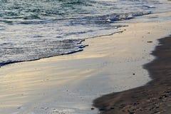 Vagues de roulement de plage Photographie stock libre de droits