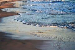 Vagues de roulement de plage Photo stock