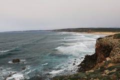 Vagues de roulement sur la plage dans Algarve, Portugal Photos libres de droits