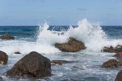 Vagues de rupture à la côte rocheuse de l'île de la Madère photographie stock