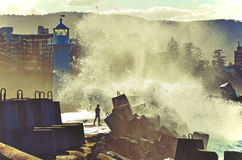 Vagues de rupture au-dessus de phare de Wollongong Photos stock