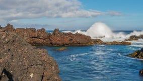 Vagues de rupture de Biscoitos dans Terceira, grand-angulaire Image libre de droits