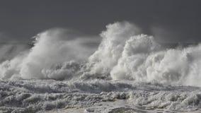 Vagues de rupture orageuses photo stock