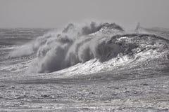 Vagues de rupture orageuses photographie stock libre de droits