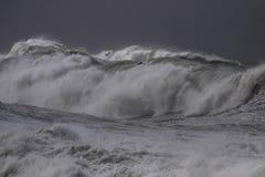 Vagues de rupture orageuses images stock