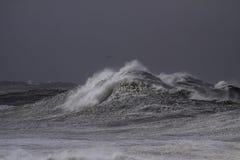 Vagues de rupture orageuses image stock