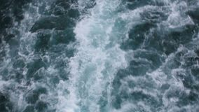 Vagues de scintillement écumantes blanches de propulseur de bateau colorées par turquoise d'eau de mer banque de vidéos