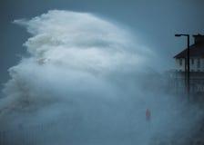 Vagues de tempête frappant le littoral images libres de droits