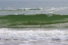 vagues de turquoise d'un océan faisant rage photos libres de droits
