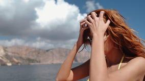 Vagues de vent les cheveux d'une belle femme rousse sur un bateau en mer dans le mouvement lent banque de vidéos