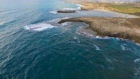 Vagues des modèles de la mer Méditerranée et de mousse sur le sable le jour gris sombre banque de vidéos