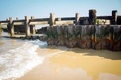 Vagues enroulant doucement contre le mur de mer Photo stock