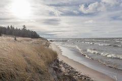 Vagues enroulant sur le rivage à la courbure grande Ontario du lac Huron une fin de l'après-midi de jour nuageux Images libres de droits