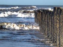 Vagues et barrières de mer à la plage de Blyth Photographie stock libre de droits