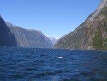 Vagues et montagnes blanches d'astuce au Nouvelle-Zélande Photos stock