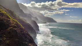 Vagues et nuages de c?te de Na Pali images stock