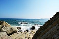 Vagues et roches d'île de Capones Photos stock
