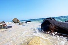 Vagues et roches d'île de Capones Photo stock