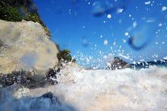 Vagues et roches d'île de Capones Image stock