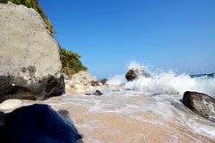 Vagues et roches d'île de Capones Photographie stock